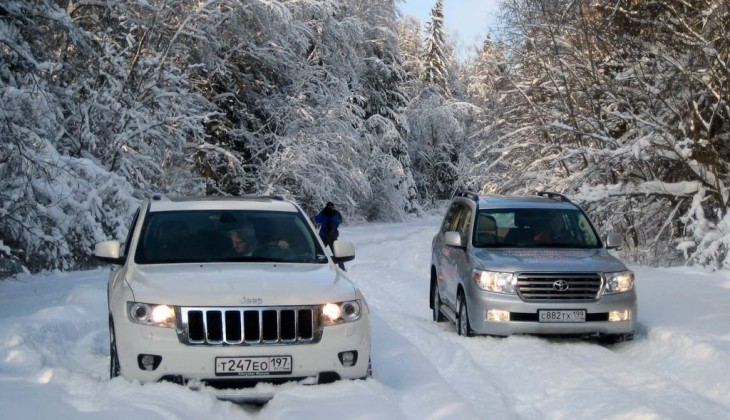 Jeep Grand Cherokee на фоне Toyota Land Cruiser V8